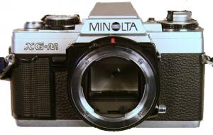 Minolta XGM mit abgenommenem Objektiv und freiem Blick auf den Spiegel